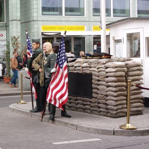 Bij checkpoint Charlie kun je voor een paar euro poseren met twee knappe acteurs die doen of ze soldaten zijn.