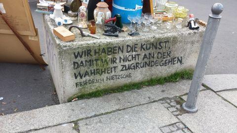 Deze diepzinnige quote van Nietsche stond aan de achterkant van een rommelmarkt-kraampje waar men...