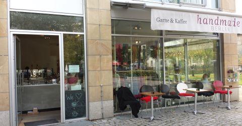 Ik vond ook een breiwinkel die het helemaal begrepen heeft: Een café-wolwinkel. <3