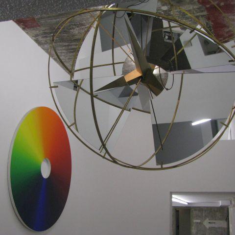 We gingen ook naar een bunker, waarin we de Boros-collectie mochten bekijken. Dit kunstwerk is van de IJslandse kunstenaar Oleafur Eliasson. De bol met spiegels draait rond, en van tijd tot tijd zie je een flits van de gekleurde schijf in een van de spiegels.