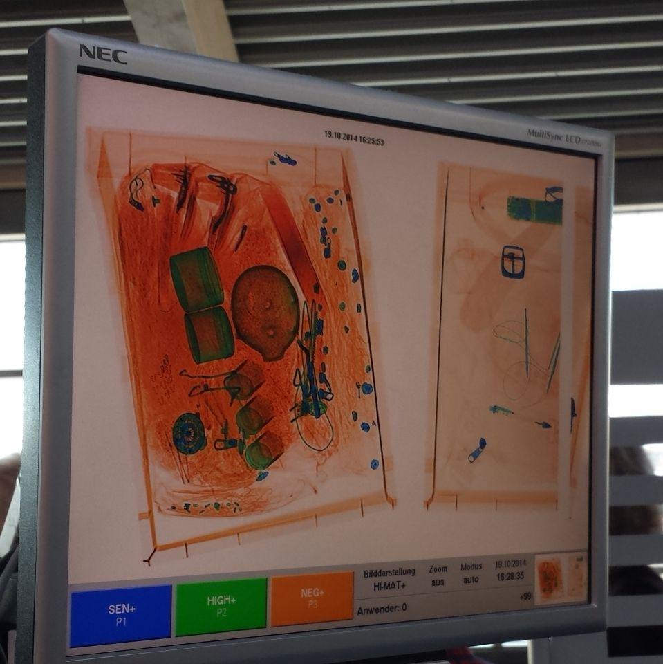 De bolle vorm in het midden van mijn koffer wekte argwaan van beveiliging op de luchthaven. Het was gelukkig slechts een spaarvarken. (leeg) Ik mocht mee terug naar Amsterdam.