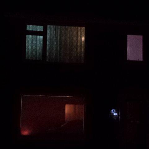 Het huis bij nacht.