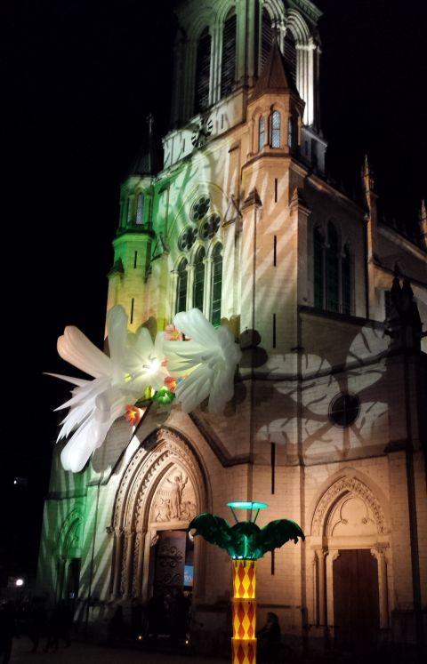 Een andere kerk was voorzien van bloemen. En licht natuurlijk.