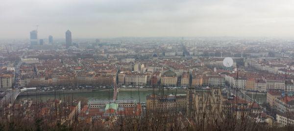 Dit is het uitzicht over de stad vanaf de kathedraal. de rivier is de Saône.