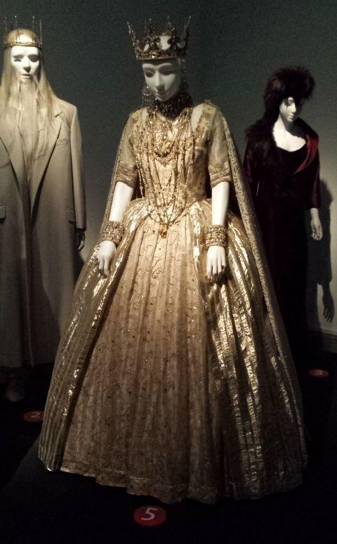 En in het musée de Tissu stonden de operakostuums (deze zijn van a midsummernightsdream) er een beetje droevig in het halfduister bij. Maar dat moest omdat ze het daglicht niet kunnen verdragen, stond op het bordje er bij.