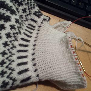 Ik breide een andersoortig halsboord op mijn Noorse trui.
