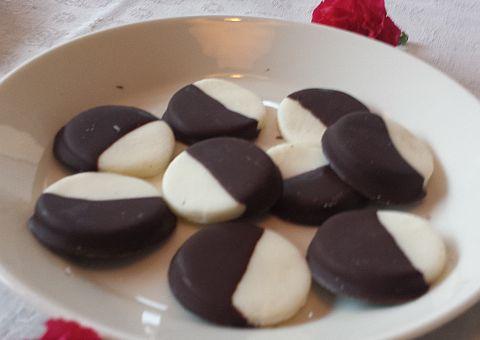 Bij de koffie had ik mint-chocolaatjes. Volgens dit recept. Mijn pepermuntolie is wel iets anders dan die dit recept, ik gebruikte een kwart van de hoeveelheid en nog was het aan de sterke kant. Wel leuk om zoiets te maken!
