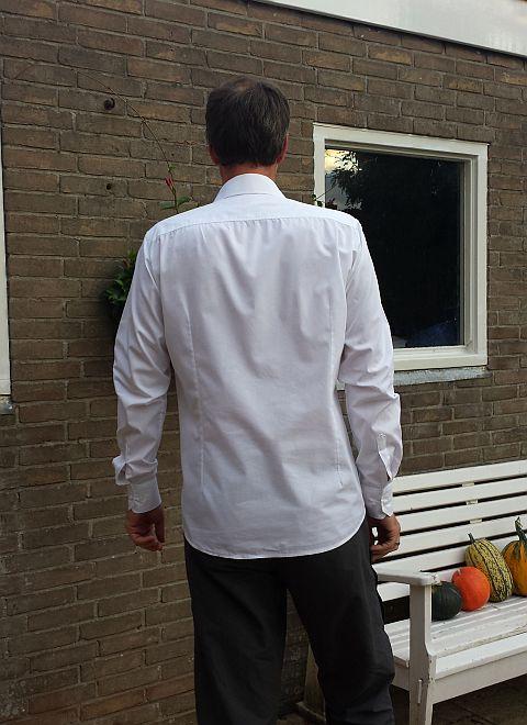De pijnpunten: De schouderpas is iets te breed, aan de mouwsplitten kun je ook zien dat de mouwen een beetje te lang zijn.