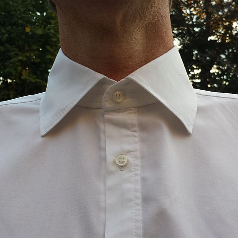 De knoopsgaten zijn ook niet perfect. Daar moet ik nog op oefenen! Wel een goed gelukte kraag, hoewel hij meestal geen stropdas draagt en het bovenste knoopje open.