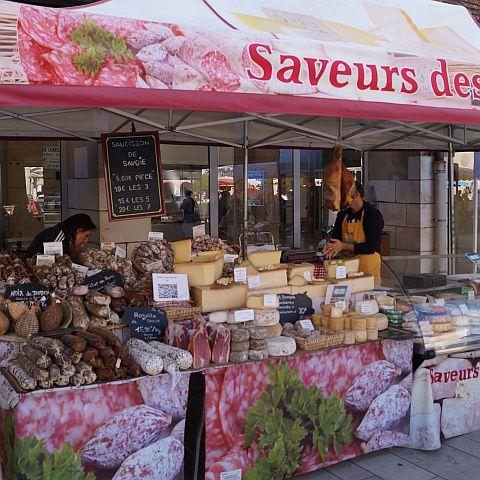 Op de terugweg kochten we nog lekkere nijen in, op de markt in Beaune. Dat was een fijne vakantie.