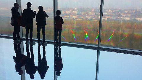 In Centre Pompidou was een prachtige zaal met een spiegelvloer en prisma-ramen.