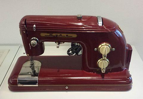 We bekeken sovjet-design uit de jaren 50, dat erg leek op ons eigen jaren 50 design. Deze naaimachine leek me erg bruikbaar!