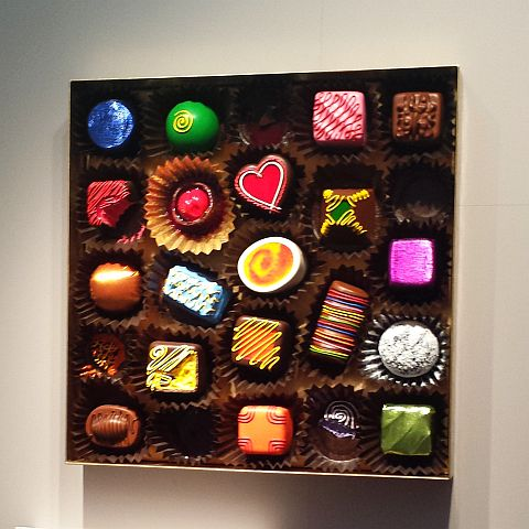 """We zagen eigentijdse kunst... Deze doos met kleurrijke """"chocolaatjes"""" was een meter bij een meter denk ik."""