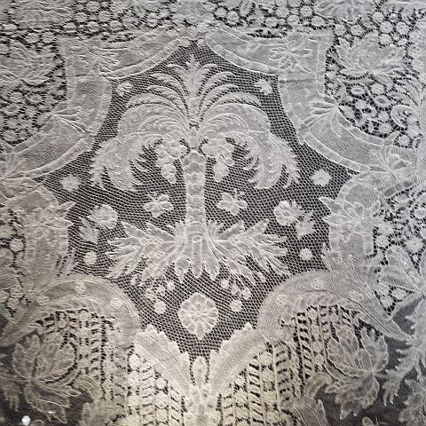 Er was een kanten sprei uit 1650. Verbazingwekkend vind ik zulke dingen. Dat is door een of meerdere-waarschijnlijk onderbetaalde- kantwerksters met de hand gemaakt.