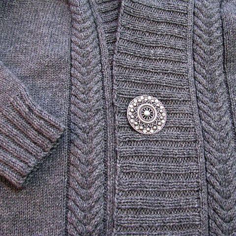 Er zit geen sluiting op dit vest, dus je kunt het met een speld sluiten. Ik vind mijn mooie Goese knoop daar erg geschikt voor.