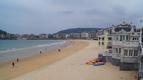 Er was, ondanks dat het pas half mei is, al een hoop te doen aan het strand. Kano-en...