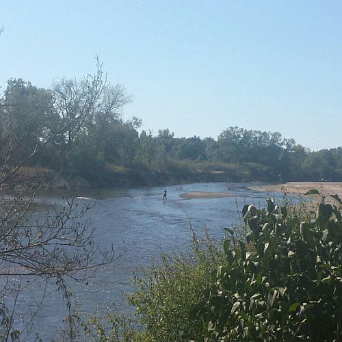 Op deze foto kun je Echtgenoot Yep in het water zien staan. Het was nergens diep, maar het stroomde wel snel