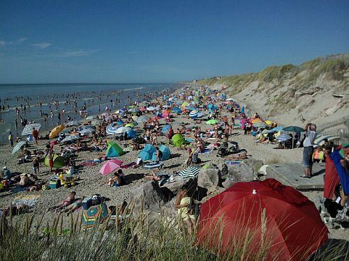 Het strand bij de Somme is heel erg breed. Tenminste, als het eb is. Het verschil tussen eb en vloed is 10 meter, dus bij hoog water zitten alle badgasten opeengepakt op het smalle strookje zand dat nog droog is.